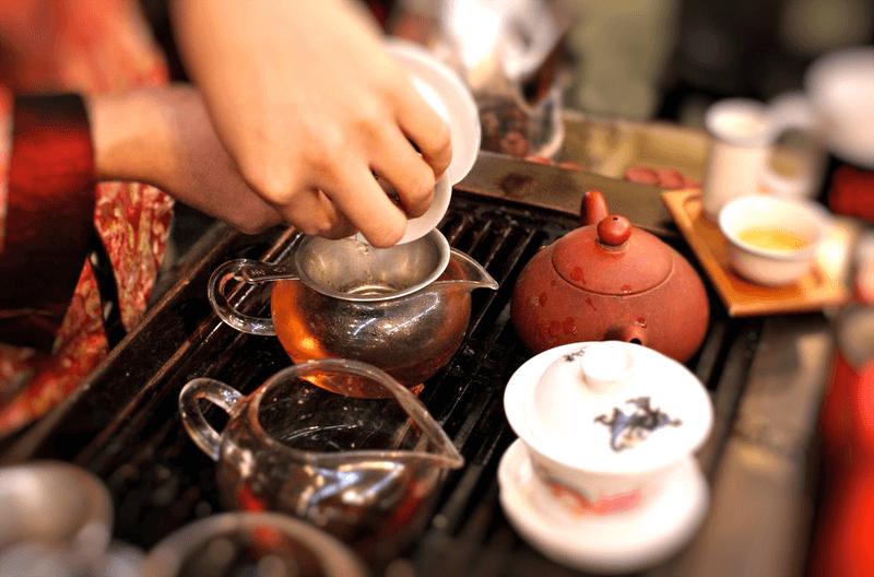 Наливают чай в чашки