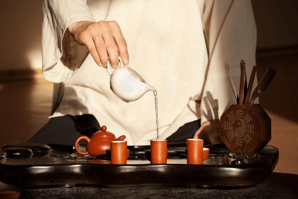 мужчина наливает чай