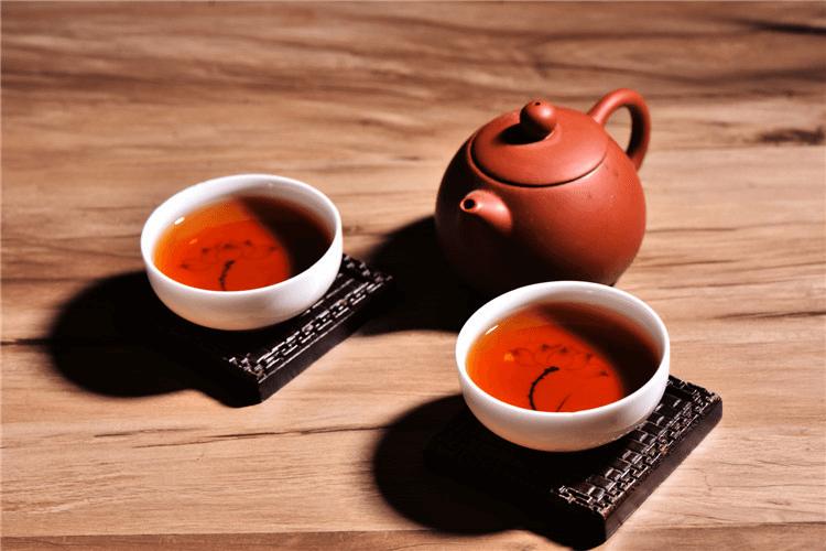 Чайник с двумя чашками чая