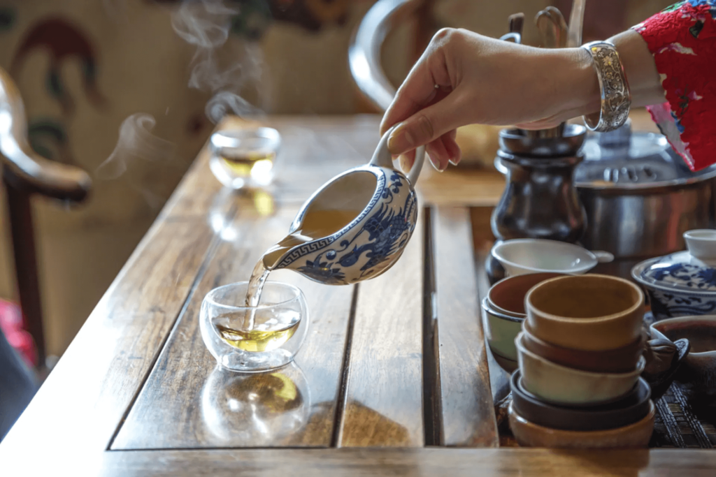 В пиалу налили чай пуэр